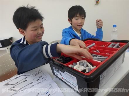 ▲レゴを組み立てる子供たち。